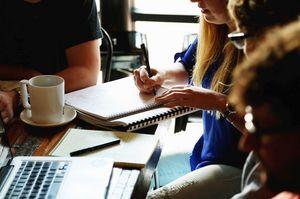 arbeitende Menschen um einen Tisch