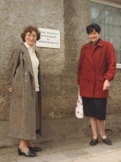 Dr. Ursula von Appen (l.) und Uta Schwarz (r.) 1991 vor der Kontaktstelle für Selbsthilfegruppen in der Schweriner Seestraße