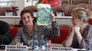 """2015 - Sabine Klemm (l.) und Anke Landgraf (r.) sprechen in der Enquetekommission """"Älter werden in MV"""" über Selbsthilfe"""