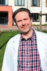 Portrait von Prof. Dr. med. Andreas Broocks vor Haus 22 der Helios Kliniken Schwerin.