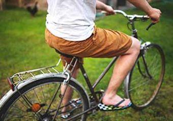 Mann, der Fahrrad antritt. Foto: Pexels.com