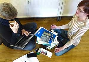 Zwei intensiv arbeitende Frauen in einem Büro