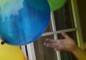 Hand löst sich von aufsteigendem Luftballon